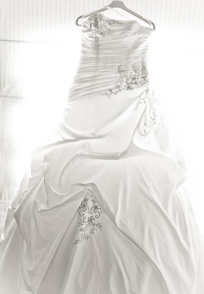 La robe de la mariée en contre jour et noir et blanc