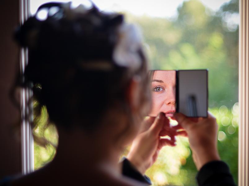 Reflet de la mariée dans le miroir de poche