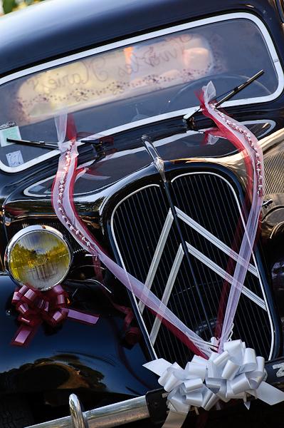 La voiture des mariés, une traction décorée et vue de face