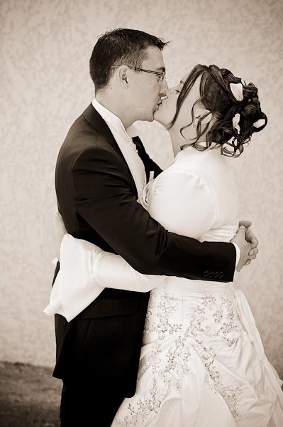 Les deux mariés s'embrassent