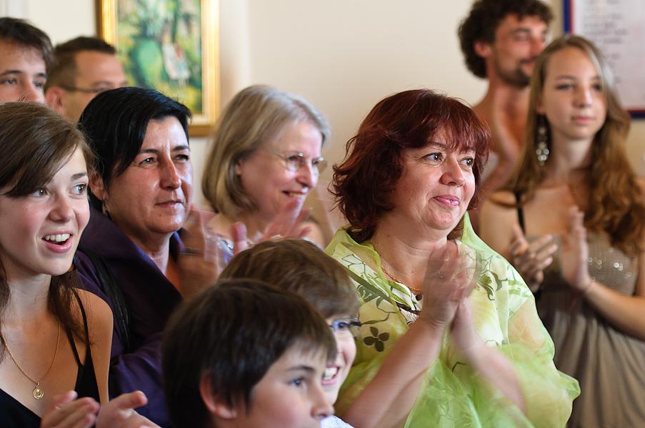 Les invités applaudissent à la mairie