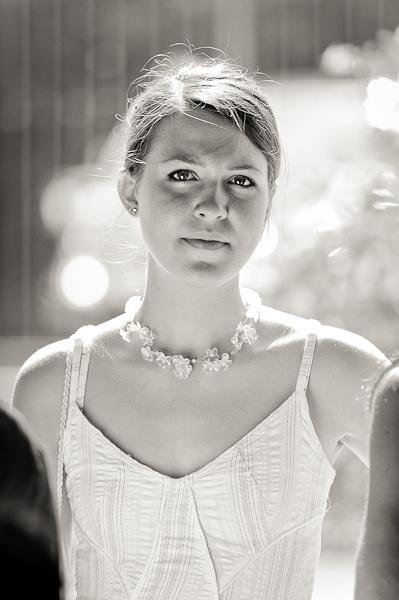 portrait d'une jeune femme en high key et noir et blanc