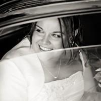 La mariée à la fenêtre de la traction en noir & blanc