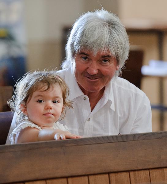 une petite fille et un adulte sur les bancs de l'église