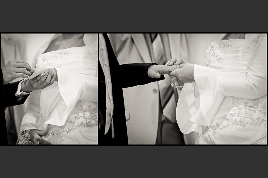 Diptyque des mariés s'échangeant les alliances à l'église