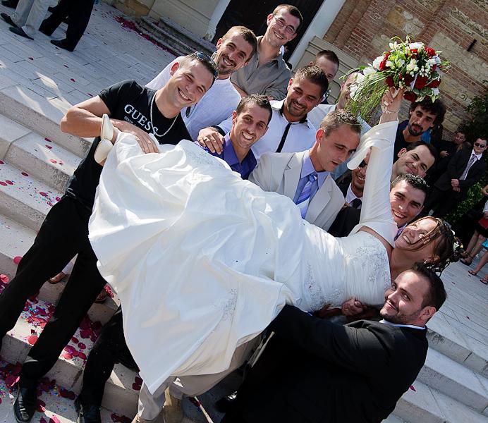 photo de groupe avec les hommes qui portent la mariée