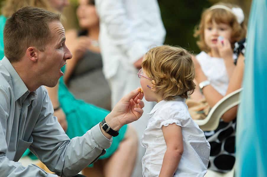 Un père donne à manger à sa petite fille