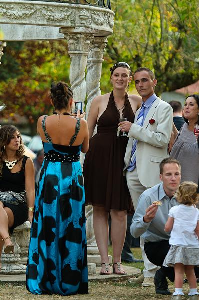 Au vin d'honneur, les invités se prennent en photo