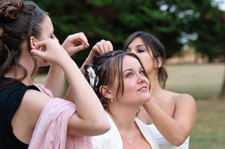 Les témoins de la mariée enlèvent les confettis de la tête de la mariée