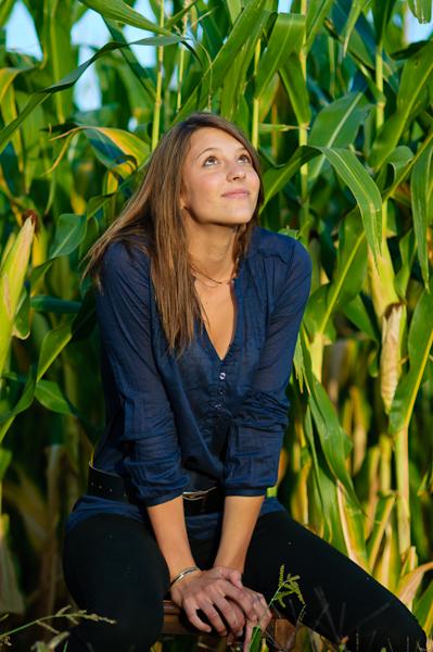 Justine rêveuse dans les maïs...