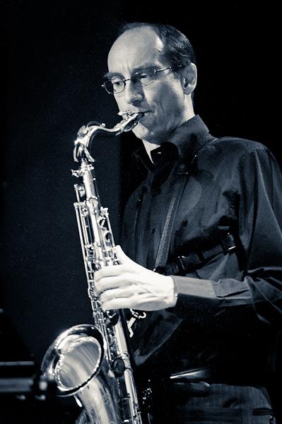 saxophoniste ténor en noir et blanc