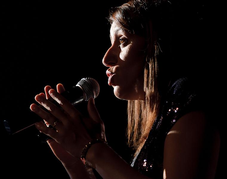 chanteuse jazz swing sur scène en contre jour