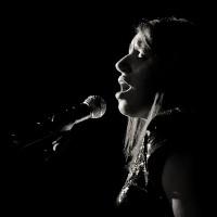 chanteuse jazz swing sur scène en contre jour et en noir et blanc