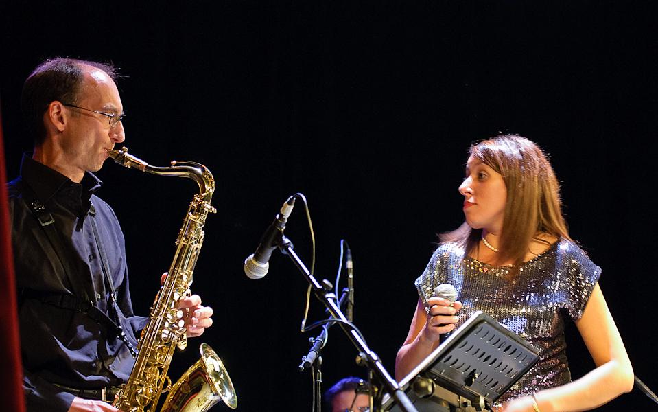 saxophoniste et chanteuse se regardent en jouant leur solo