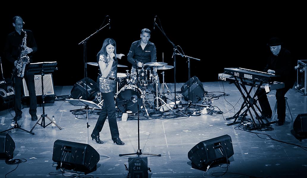 groupe de musique jazz swing sur scène (saxophoniste, batteur, pianiste et chanteuse)