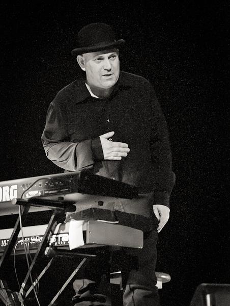 pianiste avec chapeau melon saluant son public devant son piano