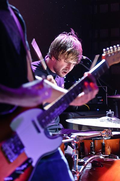 Le batteur en furie encadré par la guitare du guitariste