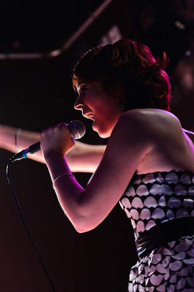 La chanteuse en contre jour avec son micro à la main