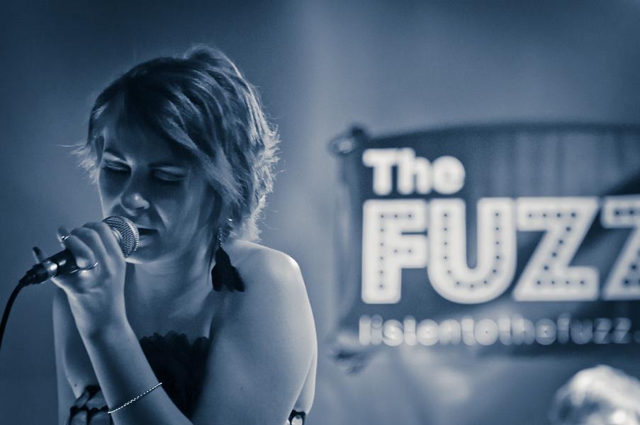 La chanteuse devant le nom du groupe The Fuzz