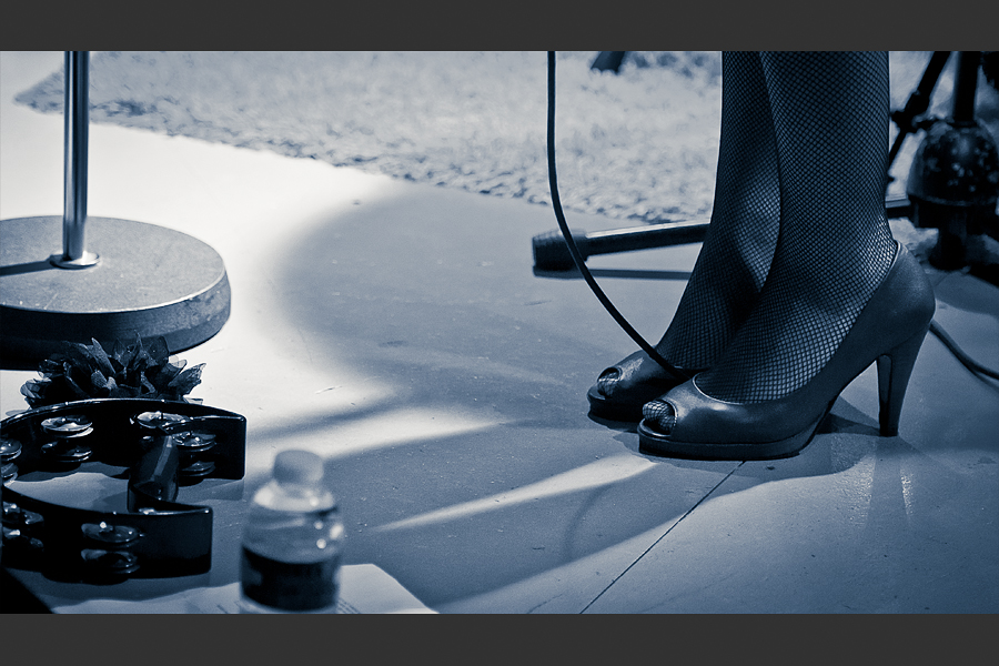 Gros plan sur les pieds de la chanteuse en bas résille et talon haut
