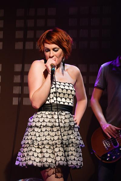 La chanteuse sous les projecteurs
