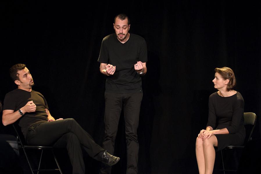 Les trois comédiens jouent un divorce, le mari s'explique face à sa femme et au psy