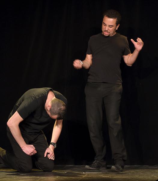 Un comédien joue un maitre qui fouette son esclave joué par l'autre comédien