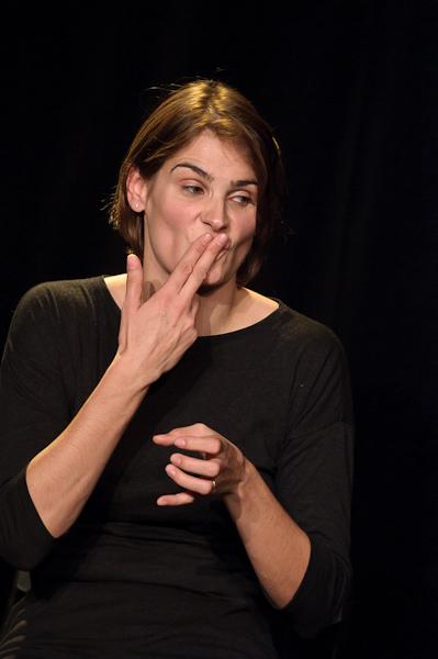 La comédienne joue une fumeuse alcoolique