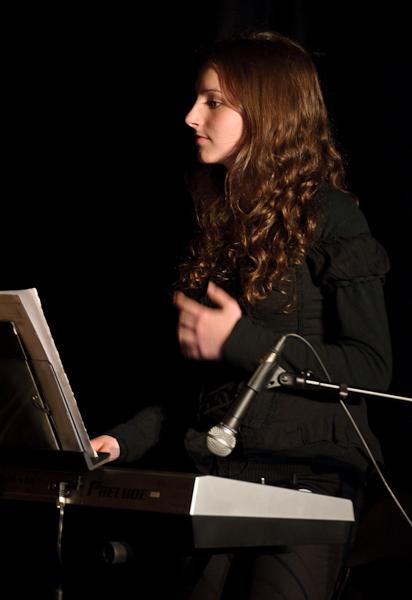 Une jeune femme improvise de la musique sur les performances des comédiens
