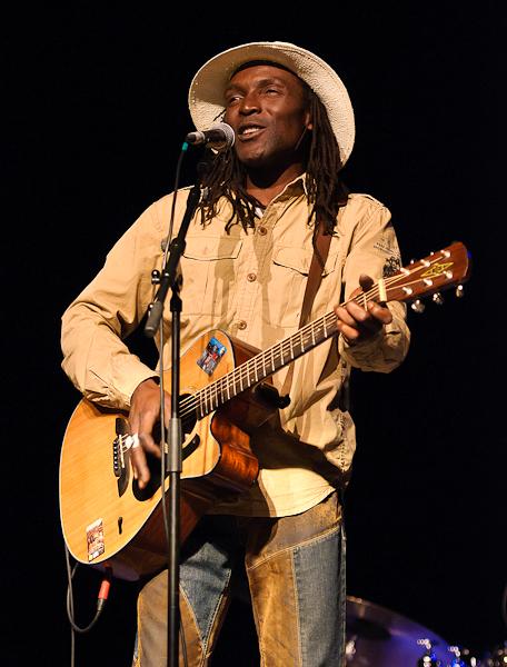 Kanandjo au chant et à la guitare accoustique
