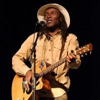 Kanandjo à la guitare et au chant