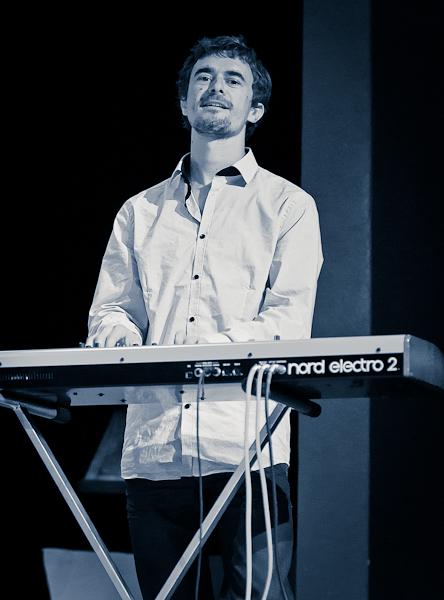 Le pianiste du groupe Kanandjo en noir et blanc virage bleu