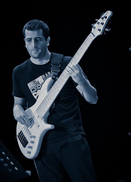 Le bassiste du groupe Kanandjo