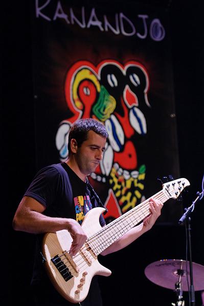 Le bassiste du groupe afro pop reggae Kanandjo