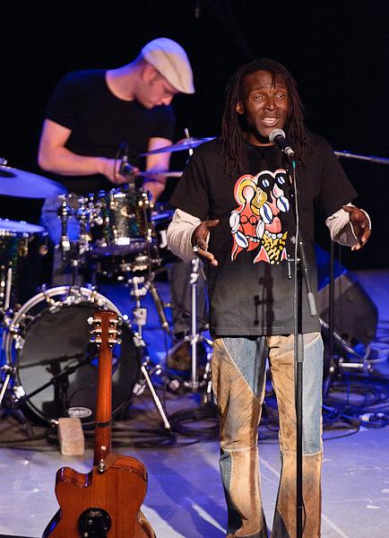 Le chanteur et le batteur du groupe afro pop reggae Kanandjo