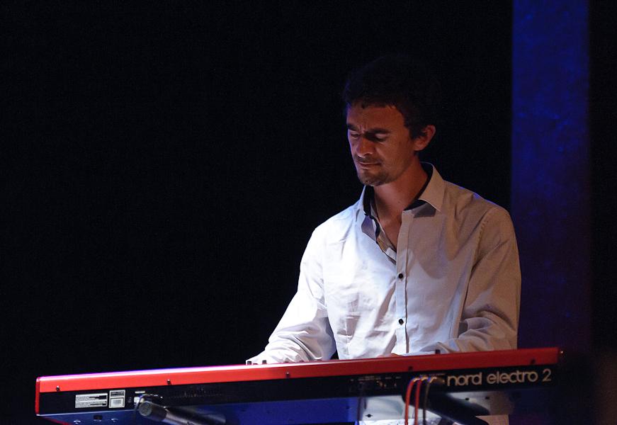 le pianiste jouant sur son clavier