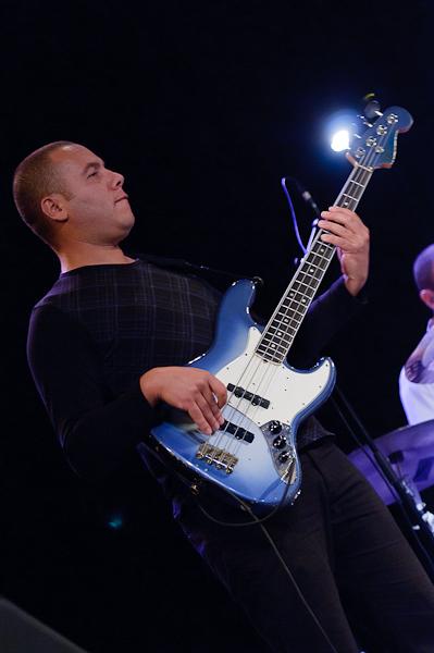 Le bassiste de Riad Klaï Project avec sa basse