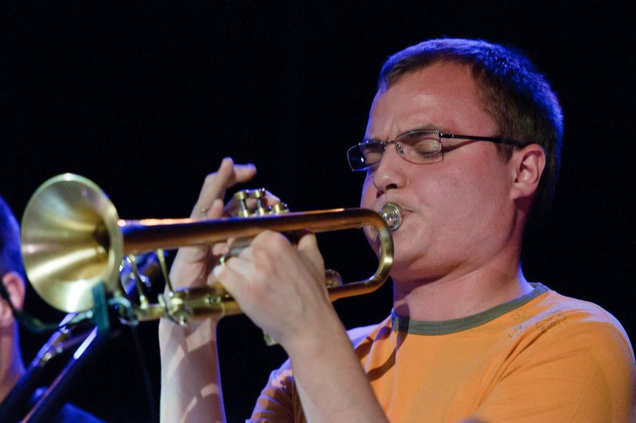 Le trompettiste en plein solo sous une lumière bleue