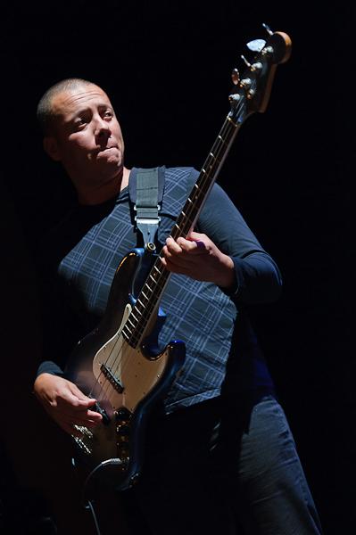 Le bassiste sous le feu des projecteurs