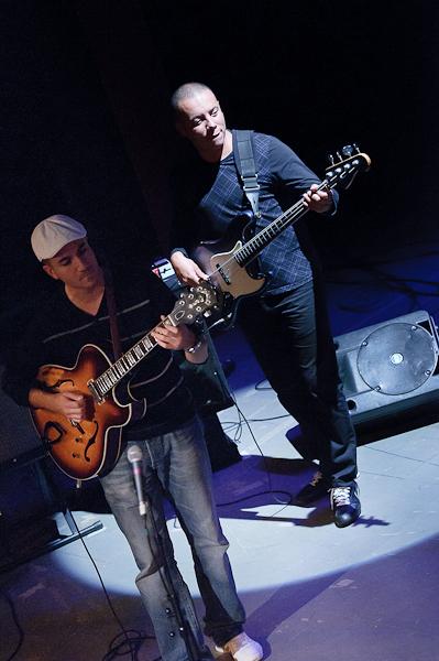 Le bassiste et le guitariste avec basse et guitare alignées