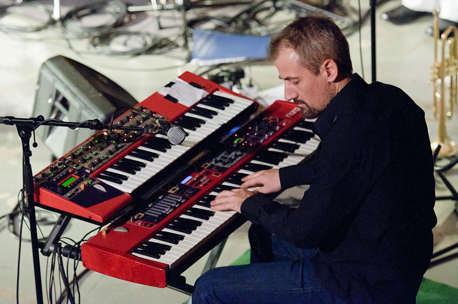 Le pianiste devant ses deux claviers et son microphone