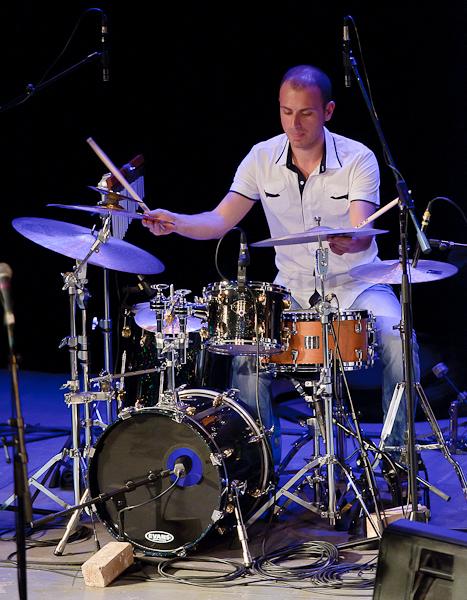 Le batteur figeant avec ses deux mains ses cymbales après un break