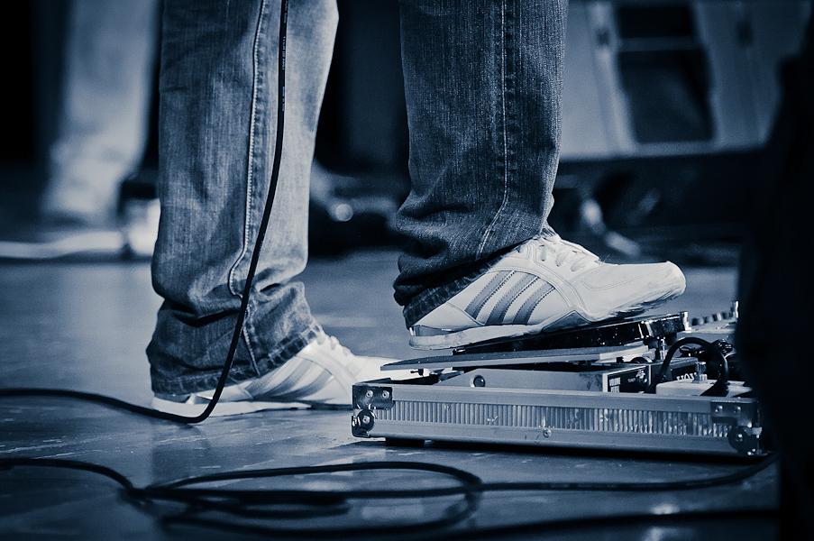 Gros plan sur les pieds du guitariste jouant de la pédale Wah-Wah