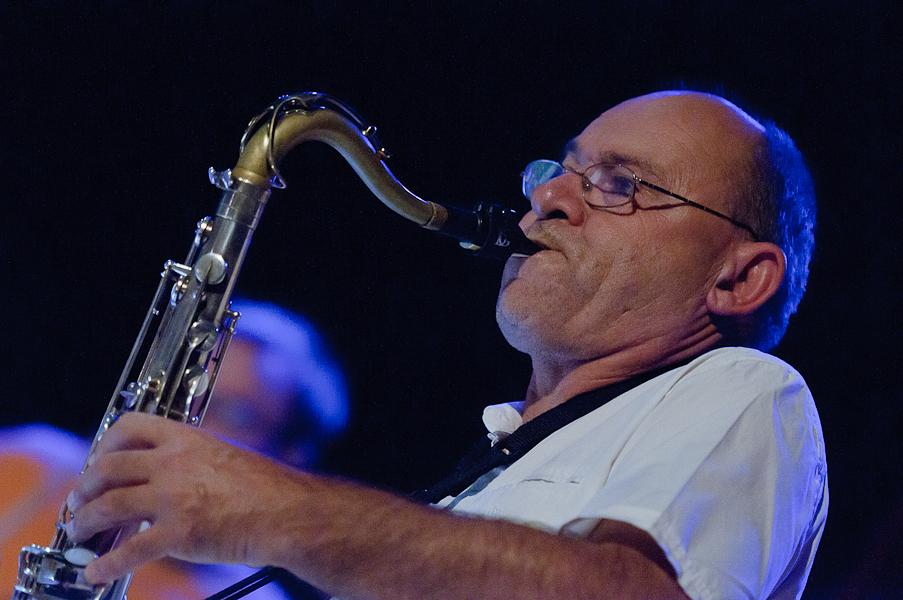 Gros plan sur le saxophoniste en plein solo