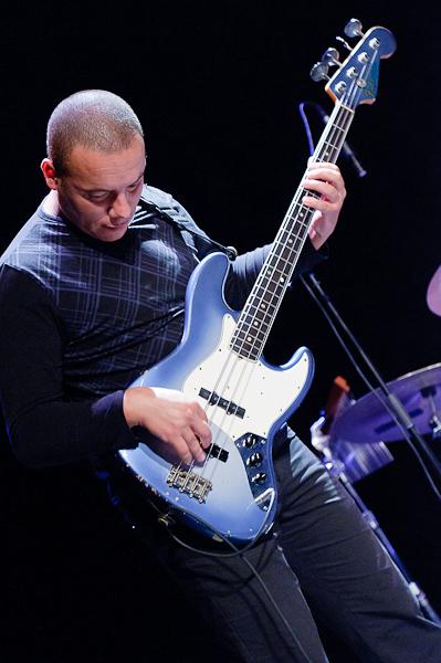 Le bassiste jouant de sa basse