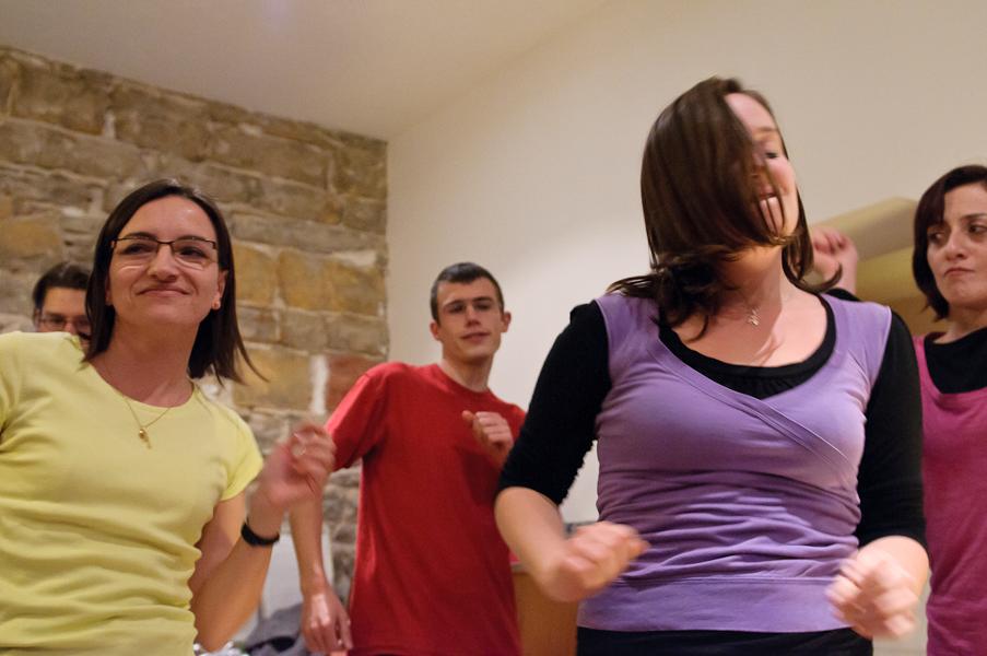 La troupe de comédien execute une danse entre deux improvisations pour chauffer le public