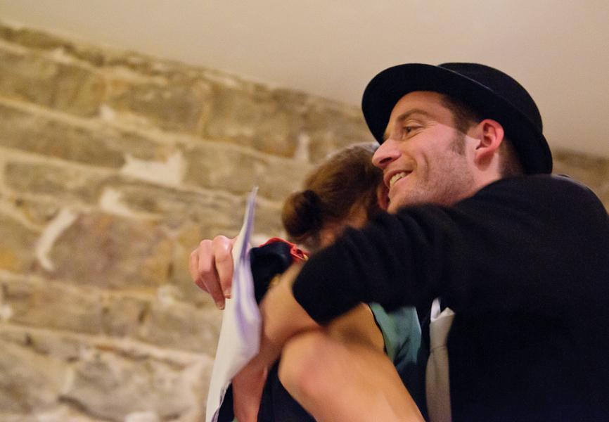 L'arbitre félicite un comédien en le serrant dans ses bras