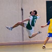 Un joueur de Mions en plein saut pour marquer un but