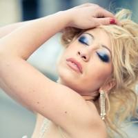 Portrait d'une femme glamour les yeux fermés