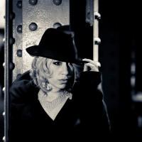 Un femme portant un chapeau façon détective privé en noir et blanc